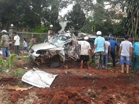 Xe tải đấu đầu xe ô tô, 5 người thương vong