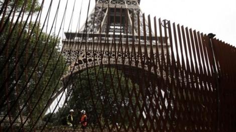 Khi Paris rào giậu tháp Eiffel