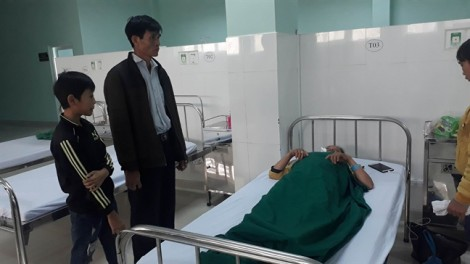 Khẩn trương cứu chữa cho các nạn nhân trong vụ tai nạn xe khách lao xuống vực