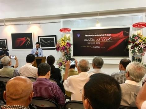 Triển lãm ảnh khỏa thân của Thái Phiên thu hút người xem