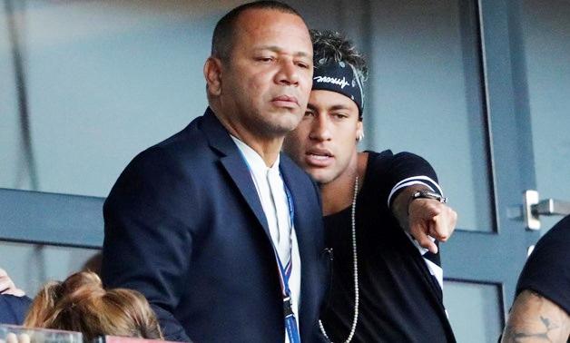 Neymar bat khoc nhu dua tre khi tham lai phong ngu thuo nho