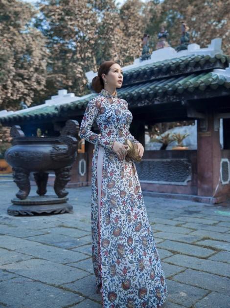Áo dài hoa rực rỡ cho quý cô trong ngày hè oi ả