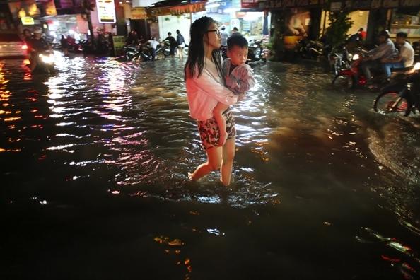 De xuat dung may bom 'khung' chong ngap san bay Tan Son Nhat