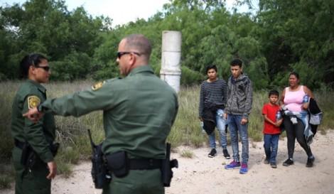 Thảm cảnh bên trong những chiếc lồng thép giam trẻ nhập cư Mỹ