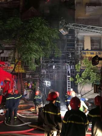 Cháy rụi căn nhà mặt phố khu Chợ Lớn, chưa rõ thương vong