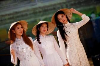 Sao Hàn liên tiếp diện áo dài Việt Nam cho những dịp trọng đại