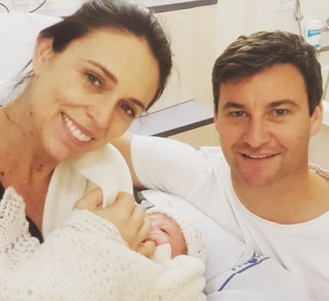 Thủ tướng New Zealand vui mừng thông báo 'mẹ tròn con vuông'