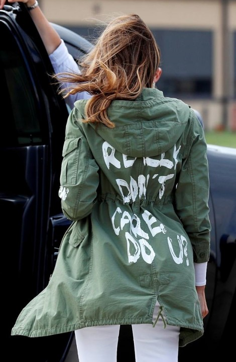 Đệ nhất phu nhân Melania Trump gửi thông điệp qua chiếc áo khoác bình dân?