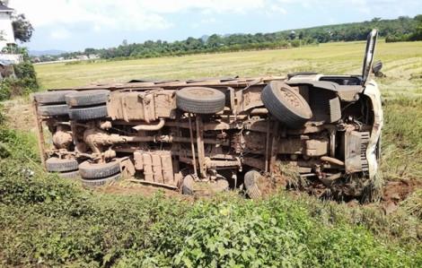 Lật xe khách ở Lào, 2 người Việt tử vong