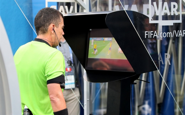VAR o World Cup: noi am anh hay than cong ly?