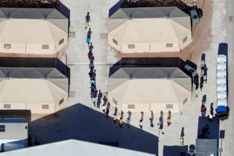 Thế giới dõi theo quả bóng tròn, còn những trẻ nhập cư tại Mỹ mong tin cha mẹ
