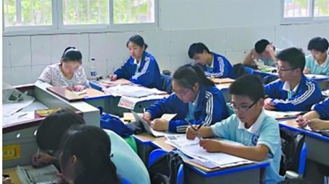 Trung Quốc: Người mẹ 'trực thăng' suốt 3 năm đổ bộ vào lớp học của con trai