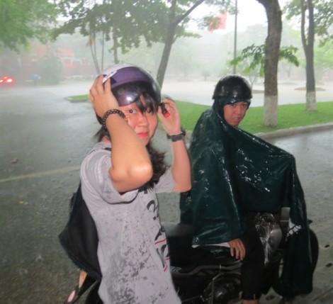 Sĩ tử Huế đội mưa đi làm thủ tục dự thi THPT quốc gia