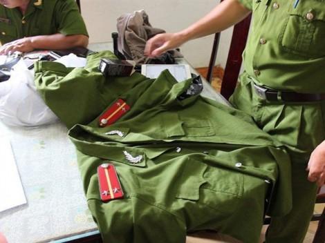 Phát hiện kho quân phục công an và công cụ hỗ trợ trái phép ở TP.HCM