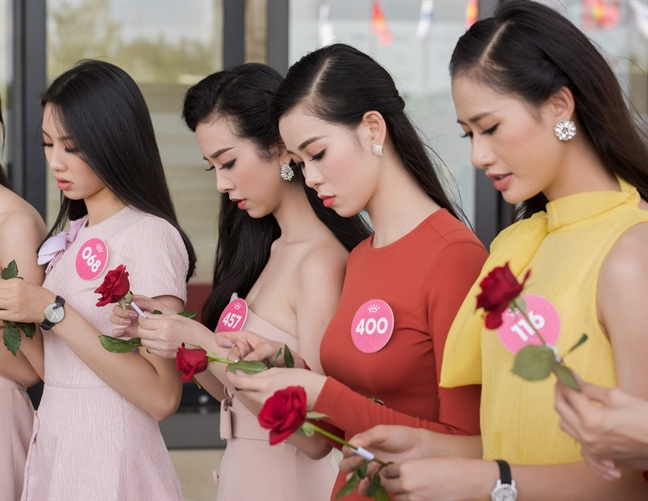 Thi sinh 'Hoa hau Viet Nam 2018' to chuc dam cuoi tap the cho nguoi khuyet tat