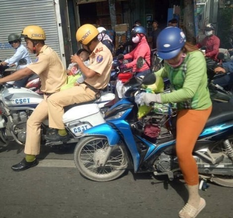 Cảm động hình ảnh cảnh sát giao thông vượt tắc đường đưa bệnh nhi đi cấp cứu