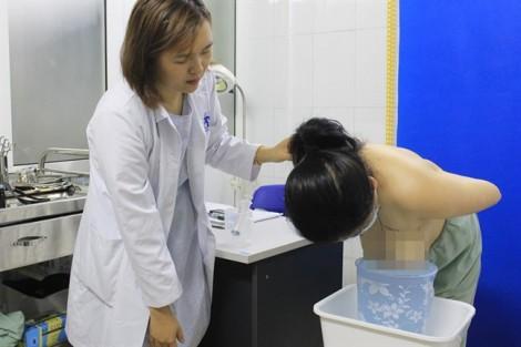 Ngực to bất thường, nữ bệnh nhân phải nằm nghiêng để tránh ngạt thở