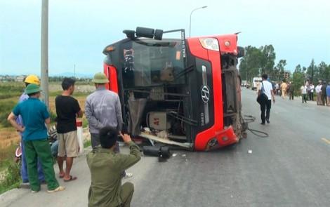 Hai hành khách bị xe giường nằm lật, đè tử vong