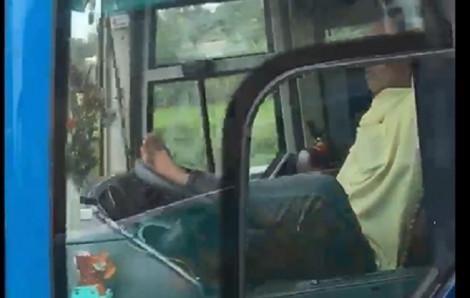 Tài xế xe khách vô tư lái xe bằng chân trên cao tốc