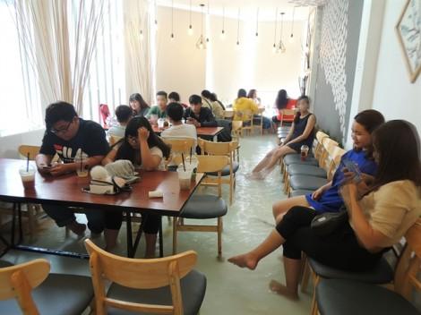 Vào quán cà phê trên lầu 2, khách vẫn phải lội nước bì bõm tới bàn