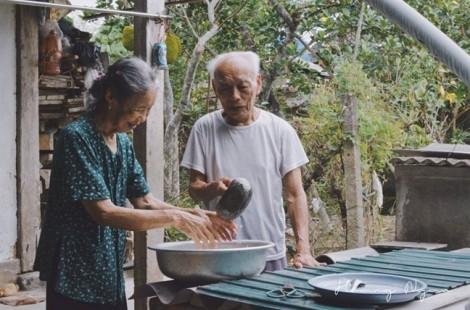 Ngày gia đình, chuyện tình già của 'ông bà anh' khiến cộng đồng mạng phát sốt