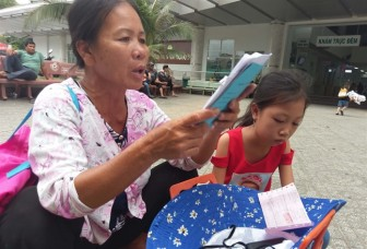 Mẹ nghèo được con dạy chữ từ những cuốn sổ khám bệnh