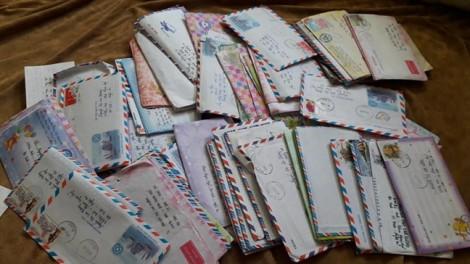 Hơn trăm lá thư tay hệt như thời 'ông bà anh' của đôi vợ chồng yêu xa