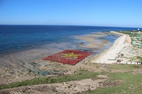 Quốc kỳ Việt Nam được tạo hình bằng 3.000 người trên đảo Lý Sơn