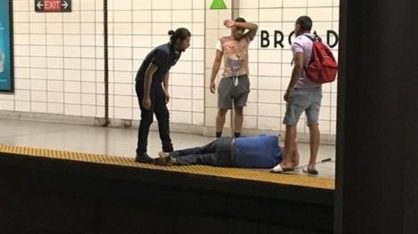 Người hùng vô danh cứu mạng người ngã xuống đường ray tàu điện