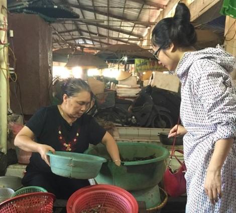 Hà Nội nắng nóng kỷ lục: Cua đồng tăng giá chóng mặt, khách đặt tiền vẫn không thể mua