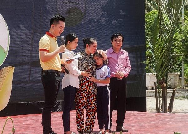 Vinamilk trao 76.500 ly sua cho tre em tinh Vinh Long