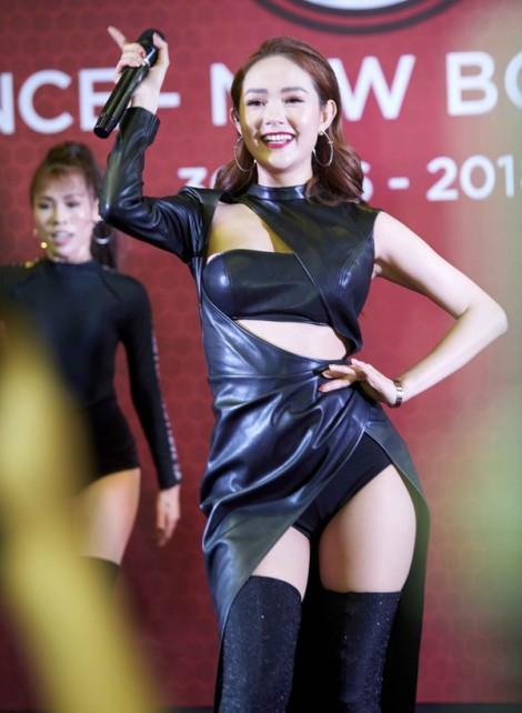 Minh Hằng lọt top sao xấu vì diện váy cắt xẻ kém duyên
