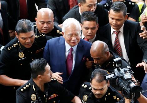 Cú ngã ngựa khiến cựu Thủ tướng Malaysia rơi xuống vực sâu