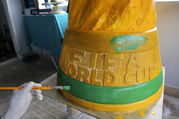 Ngam cup vang World Cup cao 1,8m o Sai Gon