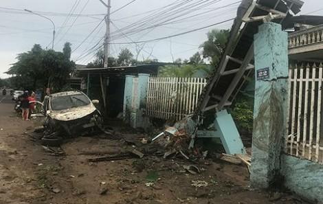 Ôtô mất lái tông sập cổng nhà dân, 4 người bị thương