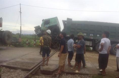 Tàu khách húc văng xe 'hổ vồ' chết máy trên đường ray
