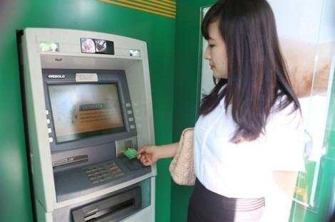 Chưa chính thức tăng phí rút tiền ATM, các ngân hàng đã bị 'tuýt còi'