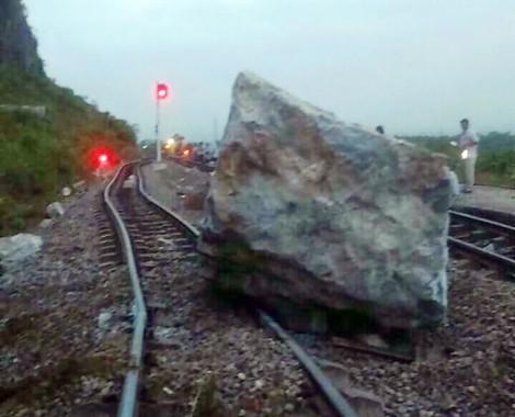 Sạt núi, hàng trăm tấn đá chắn gây tê liệt đường sắt Bắc – Nam