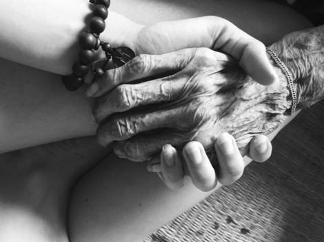 Hãy nắm tay người ấy, trước khi quá muộn!