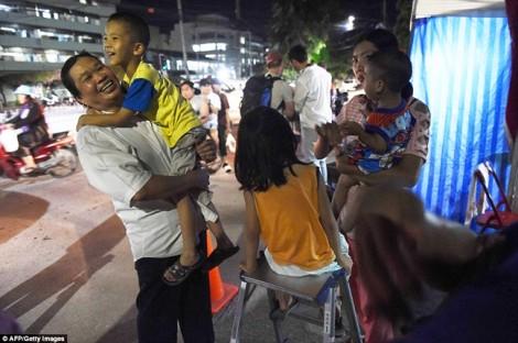 Vỡ òa cảm xúc đêm không ngủ của người Thái khi đưa đội bóng 'Lợn Hoang' trở về