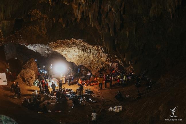 Khoanh khac ron nguoi khi danh cuoc sinh mang trong hang Tham Luang