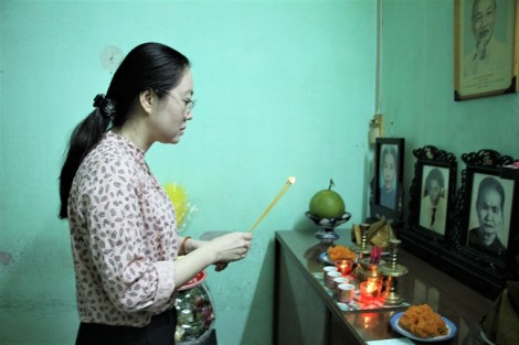 Đoàn cán bộ Hội LHPN TP.HCM thắp hương tưởng nhớ dì Năm Dung
