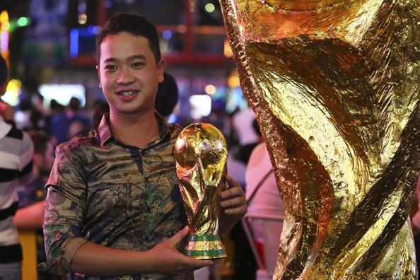 Co dong vien Phap an mung tung bung o Sai Gon khi doi nha vo dich World Cup 2018