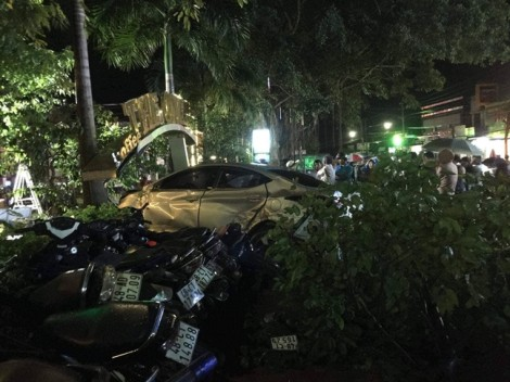 Ô tô mất lái tông 2 nữ sinh tử vong tại chỗ