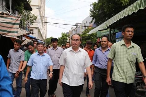 Bí thư Thành ủy Nguyễn Thiện Nhân thăm các hộ dân Thủ Thiêm đã vào khu tái định cư và khu tạm cư