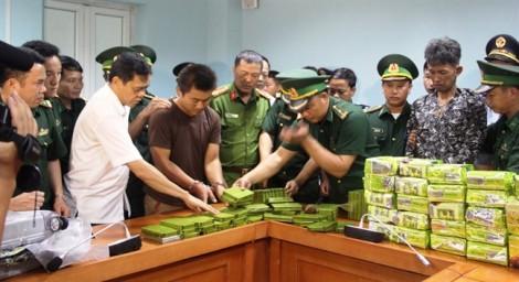 Bắt 3 người Lào chuyển 25kg ma túy đá và 52 bánh heroin vào Việt Nam