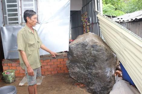 Sạt lở núi, 2 tảng đá nặng hơn 5 tấn rơi trúng nhà dân