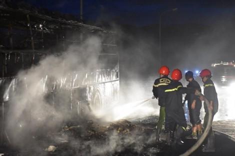 Xe khách bốc cháy dữ dội trên cầu, hành khách đạp tung cửa thoát thân