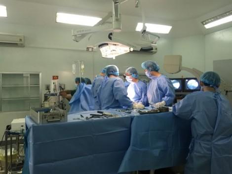 Đang nằm võng, người đàn ông bị kính vỡ bắn thủng tim
