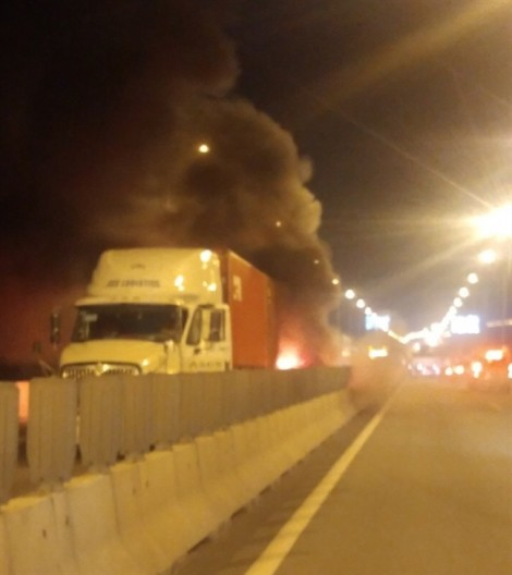 Xe khách đâm đuôi container rồi bốc cháy trên cao tốc, 2 người chết